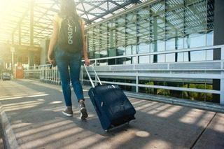 femme roule valise